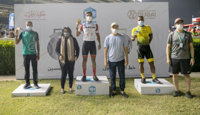 Saeed Hareb honors winners of the 5KM Dubai NAS Run. Pic/Dubai Sports Council