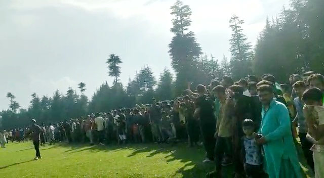 Cricketers, spectators violate COVID-19 SOP's in South Kashmir's Pulwama; turn up in thousands. Pic/KNT