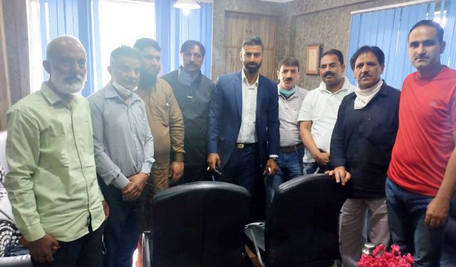 Anantnag Association meets Majid Dar, to conduct Valley Championship. Pic/KSW