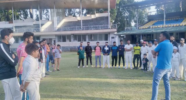 Qayoom Bagaw interacts with junior cricketers. Pic/KSW
